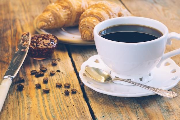 Caffè nero e cornetti con marmellata. colazione tipica francese (petit déjeuner) Foto Premium