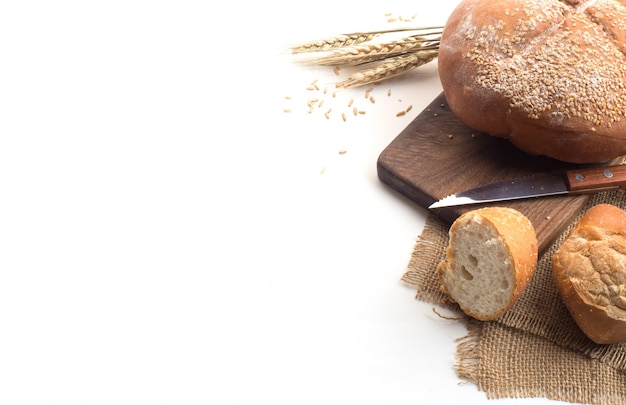 Caffè nero e pane di grano intero per la colazione su sfondo bianco Foto Gratuite