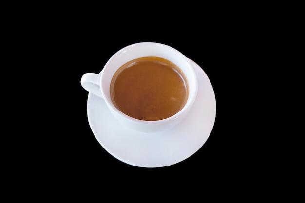 Caffè nero o caffè caldo sulla tazza bianca con fondo nero. Foto Premium