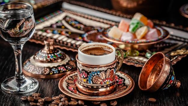 Caffè nero preparato turco. Foto Premium