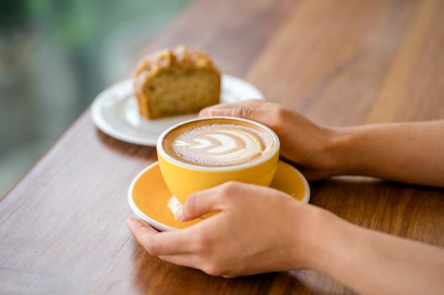 Caffè tardivo caldo sul tavolo Foto Premium