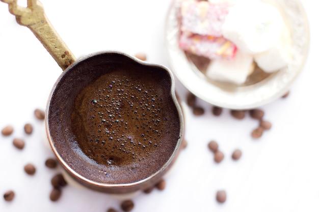 Caffè turco in jezve tradizionale. dolci turchi Foto Premium
