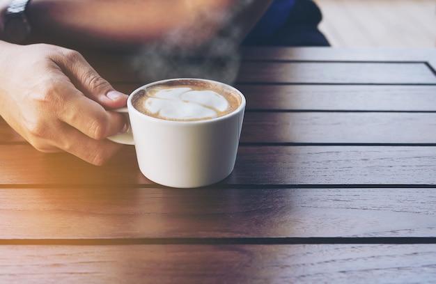 Caffè vintage con decorazione artistica di latte Foto Gratuite
