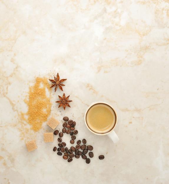 Caffè, zucchero di canna, anice speziato su marmo. Foto Premium