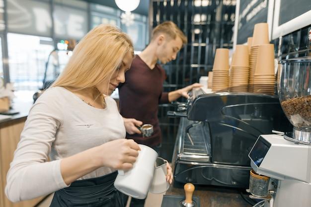 Caffetteria giovane coppia uomo e donna proprietari proprietari Foto Premium