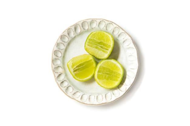 Calce spaccata per ingrediente che cucina sul piatto isolato Foto Premium