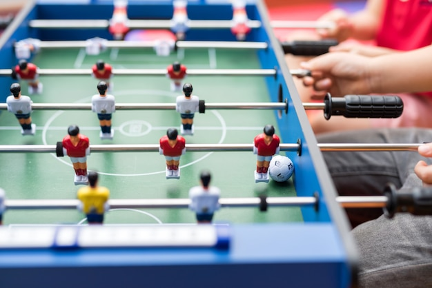 Calcio giocato da ragazzi Foto Premium