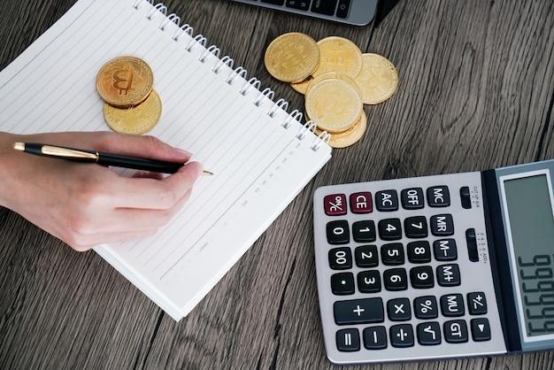 Calcolatrice e bitcoin dorato. concetto di investitori di criptovaluta. Foto Premium