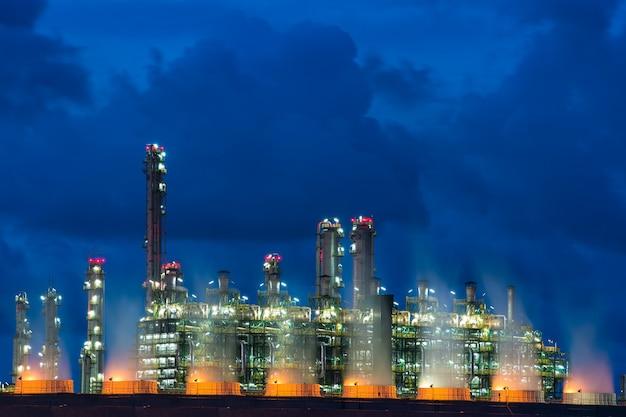 Caldaia del paesaggio nella centrale elettrica della corrente alla notte. centrale elettrica di elettricità. Foto Premium