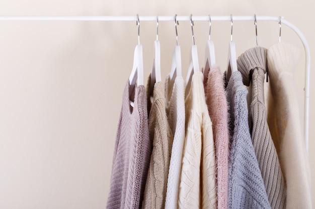 Caldi vestiti a maglia appesi a un rack Foto Premium