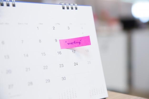Calendar event planner è occupato, sta pianificando una riunione di lavoro o un viaggio. Foto Premium