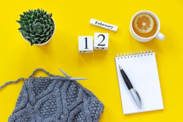 Calendario 12 febbraio. tazza di tè con limone, vuoto aprire il blocco note per il testo Foto Premium