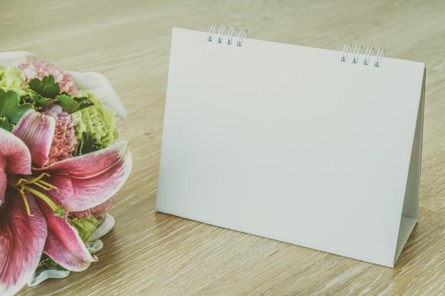 Calendario bianco su fondo in legno Foto Gratuite