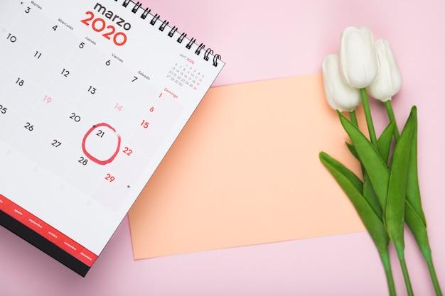 Calendario con bouquet di carte e tulipani Foto Gratuite
