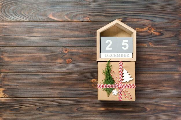 Calendario con data 25 dicembre e scatole regalo. concetto di natale Foto Premium