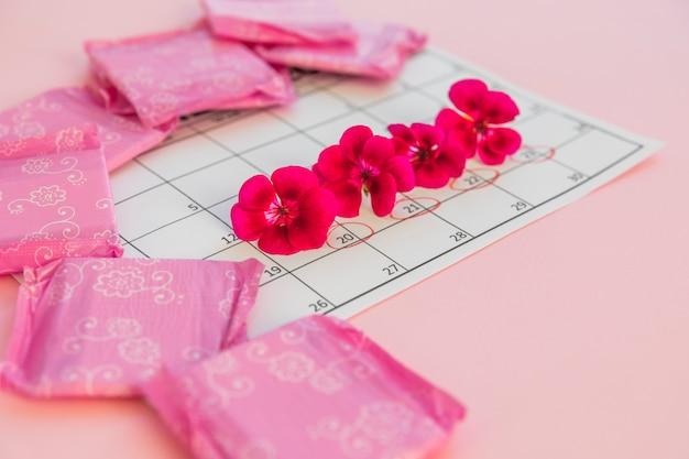 Calendario con fiori e assorbenti igienici Foto Gratuite
