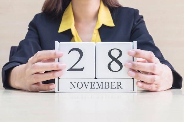 Calendario del primo piano con una parola nera del 28 novembre a disposizione Foto Premium