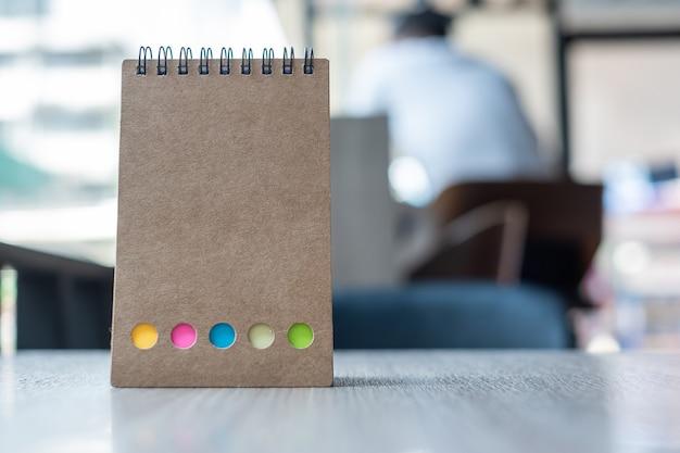 Calendario di carta bianca o modello di quaderno vuoto Foto Premium