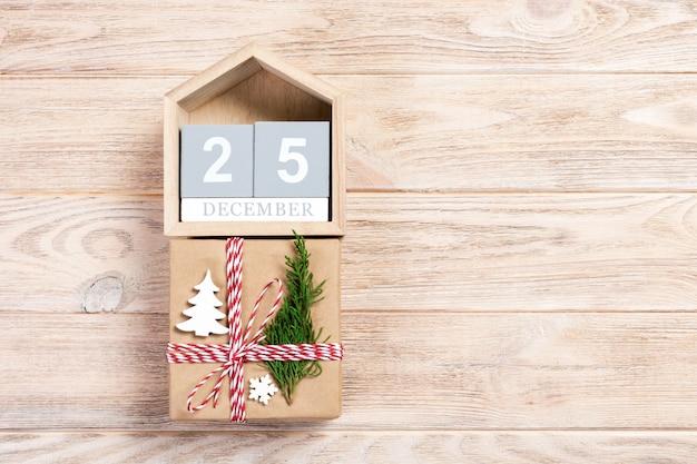 Calendario di natale con regalo di natale e ramo di abete Foto Premium