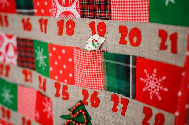 Calendario di natale morbido e tessile con tasche sul muro Foto Premium