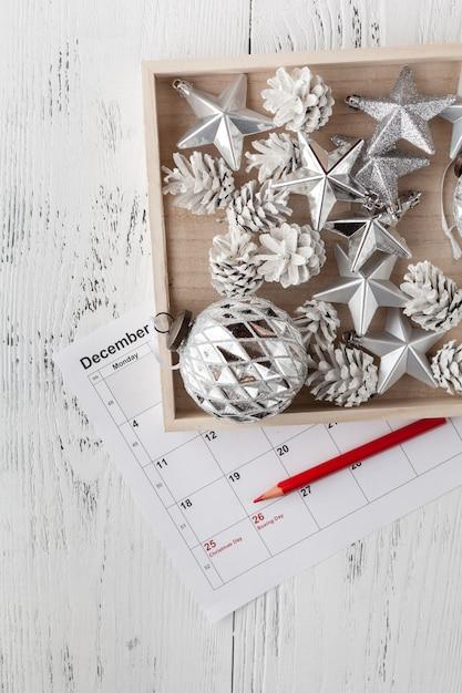 Calendario di natale. regalo di natale, rami dell'abete su superficie bianca di legno. copia spazio, vista dall'alto. Foto Premium