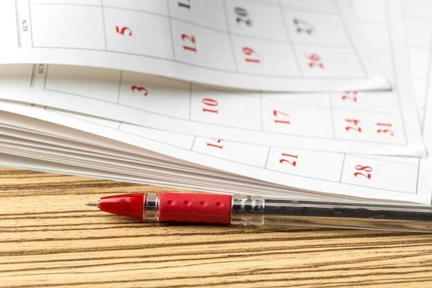 Calendario sul tavolo Foto Premium