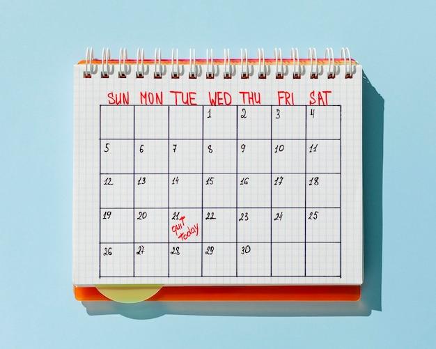 Calendario vista dall'alto con il messaggio esci oggi Foto Gratuite