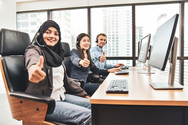 Call center con i lavoratori del team Foto Premium