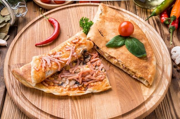Calzone italiano cibo bello e gustoso su un piatto Foto Premium