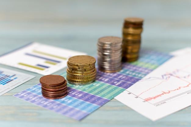 Cambio valuta e pile di monete Foto Gratuite