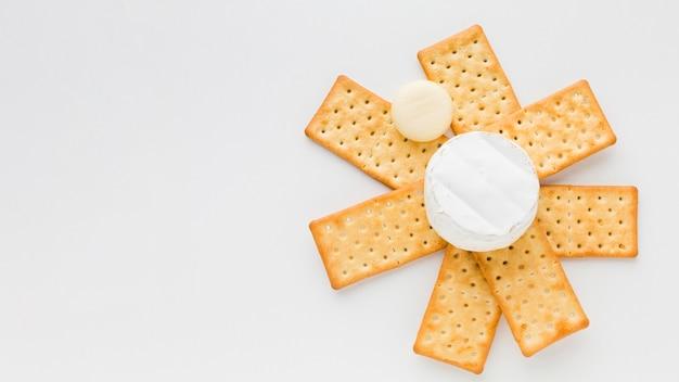 Camembert disteso sui cracker Foto Gratuite