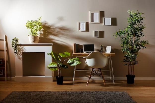 Camera accogliente con scrivania e computer portatile in legno Foto Gratuite