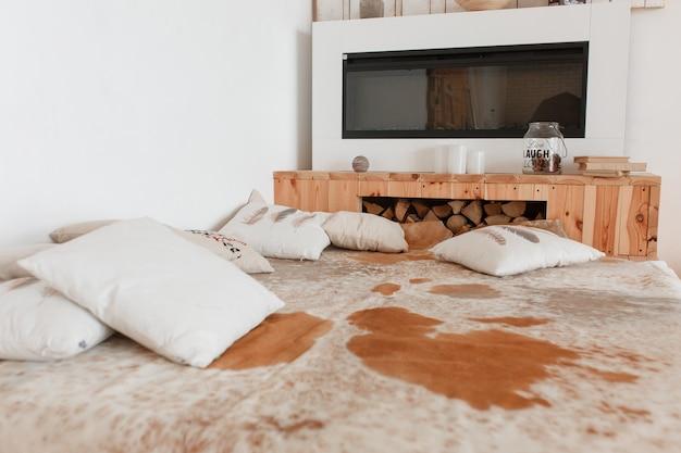 Camere Da Letto In Legno Naturale : Camera da letto casa di campagna con pelle di mucca naturale sul