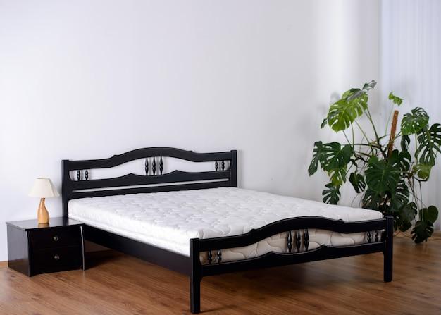 Camera da letto con parete vuota Foto Premium