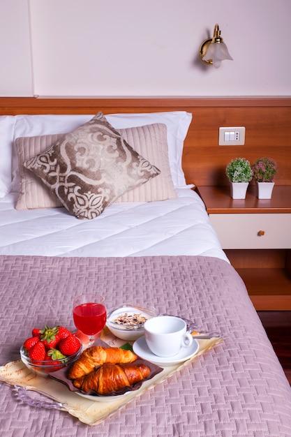 Camera da letto dell'hotel ares Foto Premium