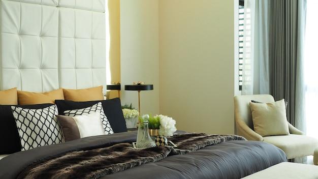 Camera da letto di lusso moderna di tono beige di colore a casa Foto Premium