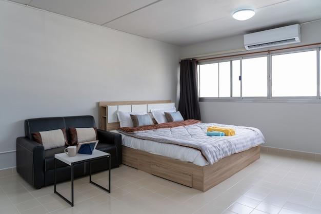 Camera da letto interna con divano in pelle del soggiorno ...