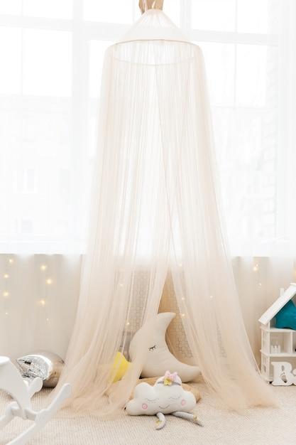 Camera per bambini con tenda in tessuto e giocattoli Foto Premium