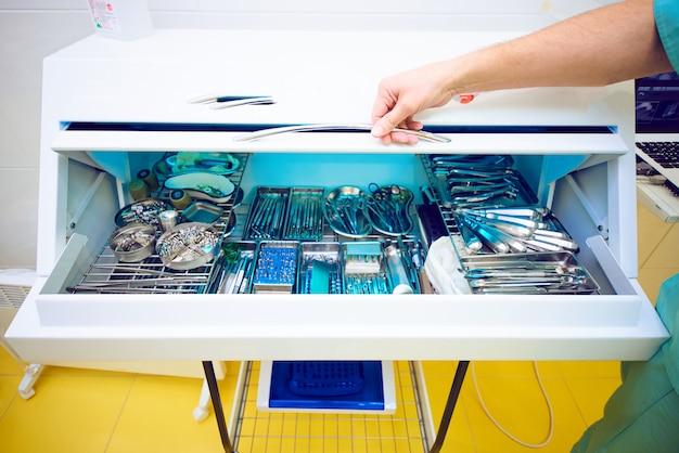 Camera per l'elaborazione con lo strumento nell'ufficio del dentista, studio medico Foto Premium