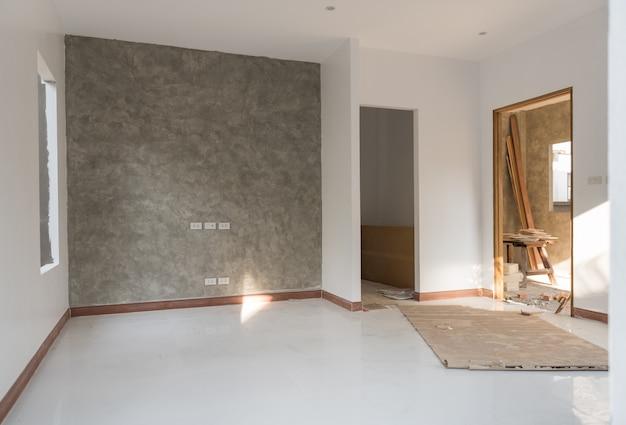 Camera rinnovata con pavimento e parete in cemento a soppalco Foto Premium
