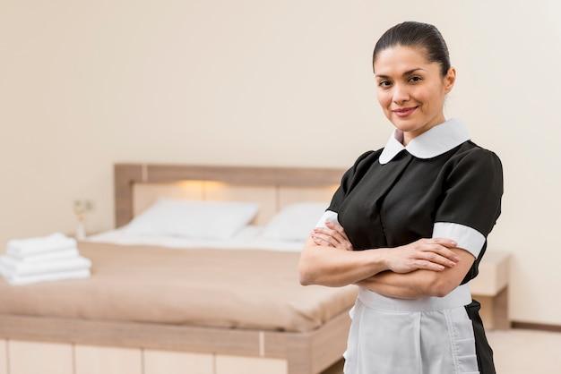 Cameriera che prepara la stanza d'albergo Foto Gratuite