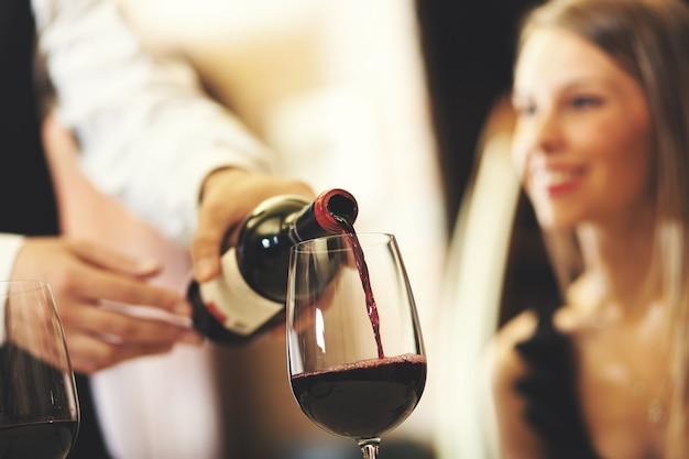 Cameriere che versa vino Foto Premium