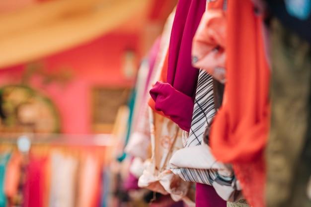 Camicia colorata che appende sulla ferrovia nel negozio Foto Gratuite