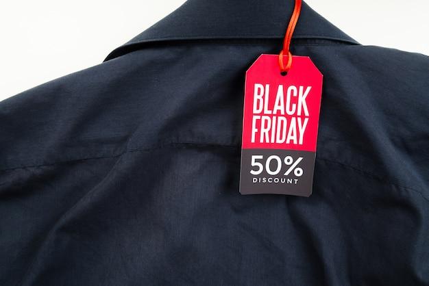 Camicia con tag venerdì nero Foto Gratuite