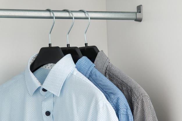 Camicia diversa nell'armadio Foto Premium