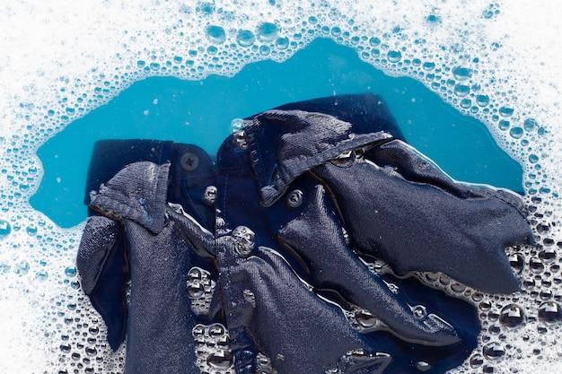 Camicia immergere in dissoluzione acqua detergente in polvere Foto Premium