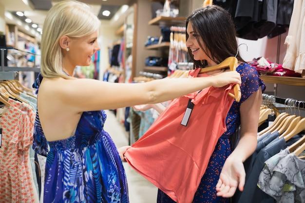 Camicia tenuta di donna fino ad un amico Foto Premium