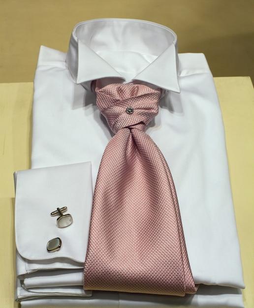 Camicie maschili esposte nel negozio di abbigliamento Foto Premium