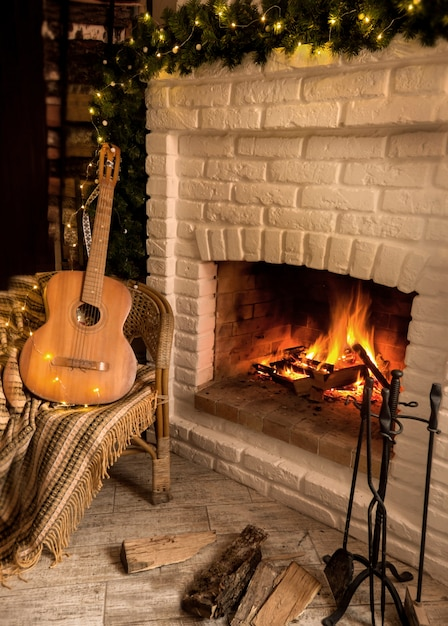 Caminetto a legna decorato con ghirlanda di natale Foto Premium