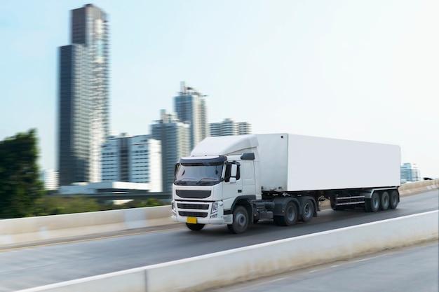 Camion bianco sul container stradale, importare, esportare trasporto logistico sulla superstrada Foto Premium